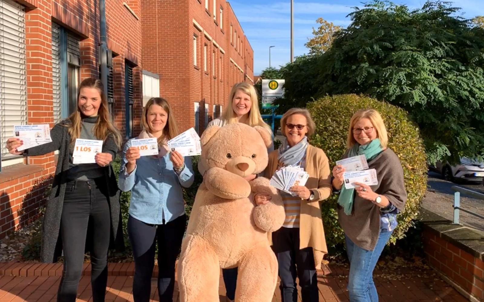 Mitarbeiterinnen des Dorstener Amtes für Jugend, Familie und Schule mit den Eintrittskarten für die Kabarett-Gala und Losen für die Reisetombola